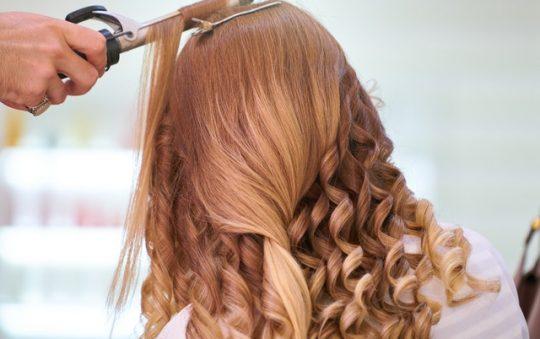 Comment empêcher les nœuds dans les cheveux frisés?